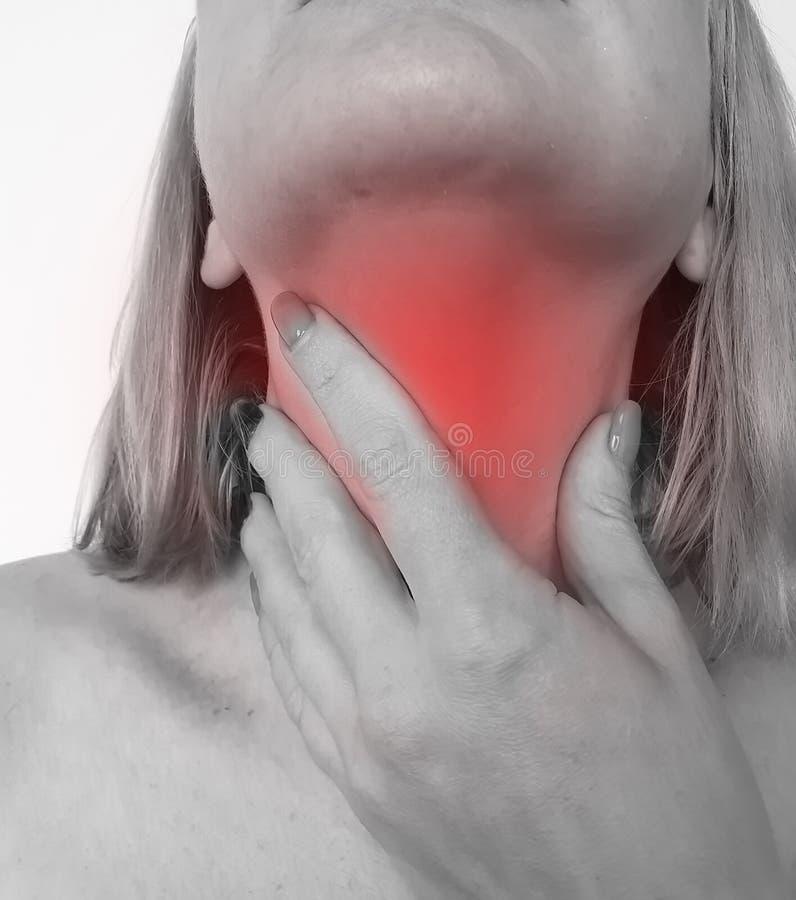妇女喉咙痛忍受难受症状综合症状憔悴接触的医疗保健关心 库存图片