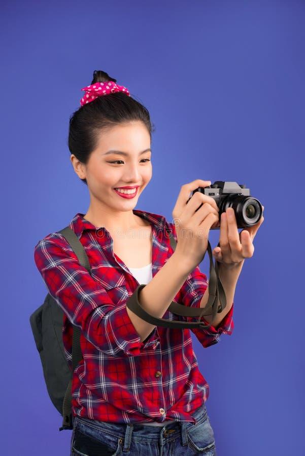 妇女旅行 拍在蓝色背景的年轻美丽的亚裔妇女旅客照片 库存照片