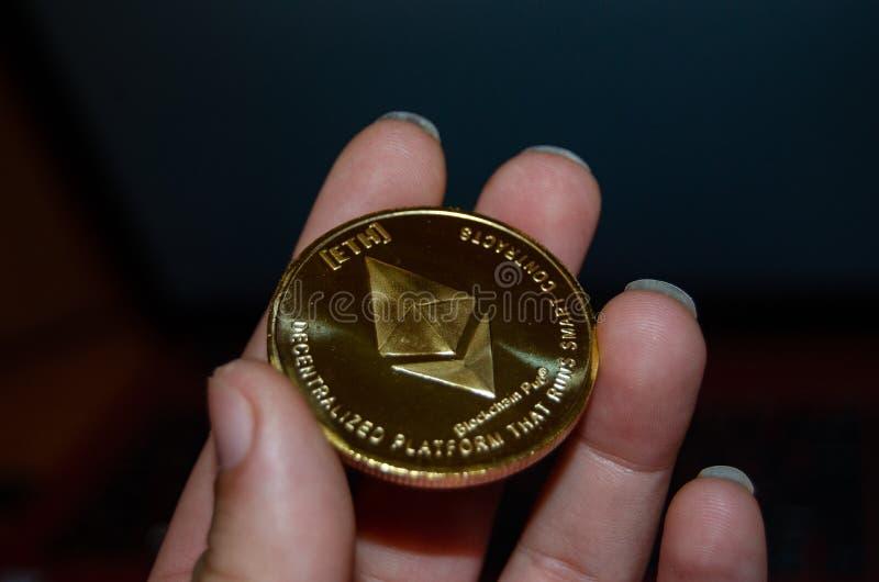 妇女手藏品ethereum,关闭phisical硬币 库存照片