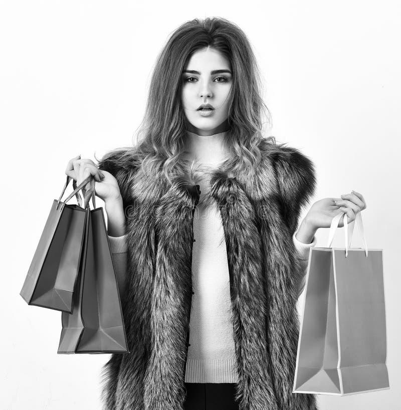 妇女购物的豪华精品店 夫人在手上拿着购物带来 背景袋子概念行程购物的白人妇女 Fashionista购买时装 库存图片