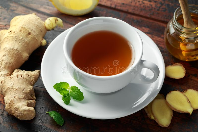 姜茶用薄菏、柠檬和蜂蜜 温暖的健康冬天饮料 库存照片