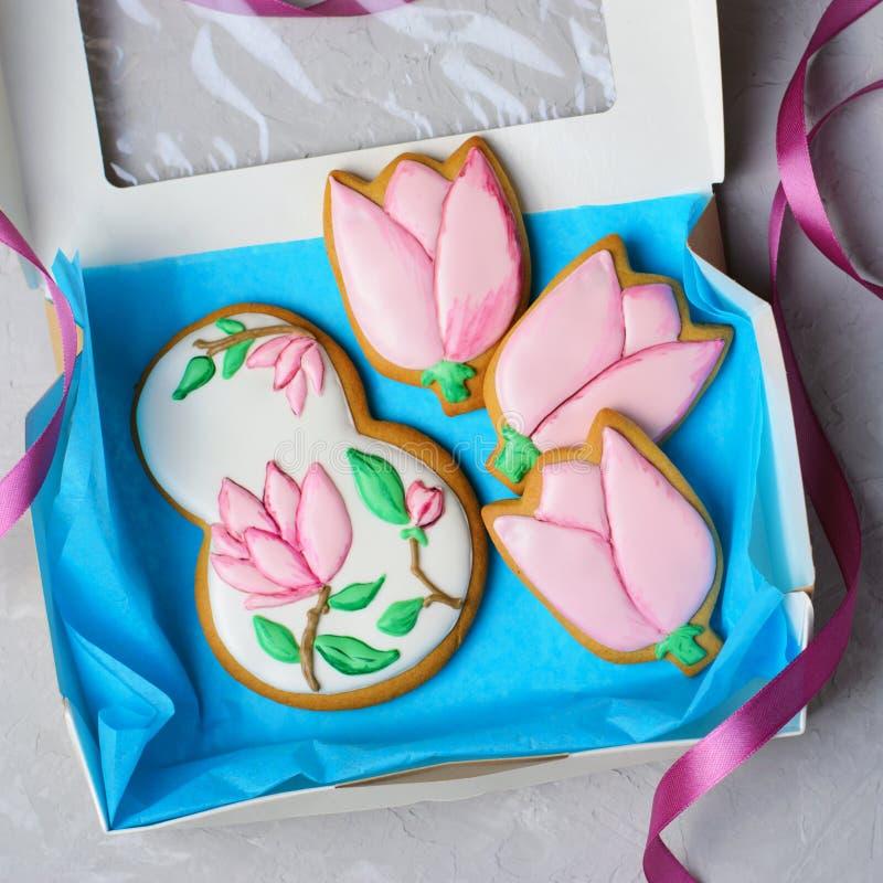 姜饼曲奇饼天3月8日,妇女的,与糖结冰的手工制造曲奇饼 图库摄影