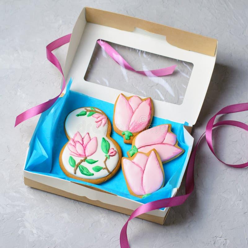 姜饼曲奇饼天3月8日,妇女的,与糖结冰的手工制造曲奇饼 免版税库存照片