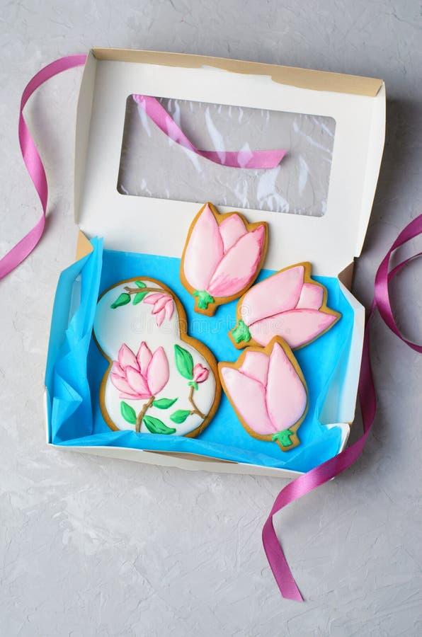 姜饼曲奇饼天3月8日,妇女的,与糖结冰的手工制造曲奇饼 免版税库存图片
