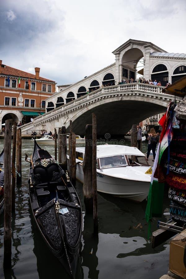 威尼斯意大利 2018年5月15日 威尼斯运河的看法乘小船运输了 众多的典型的新生大厦 水平 图库摄影
