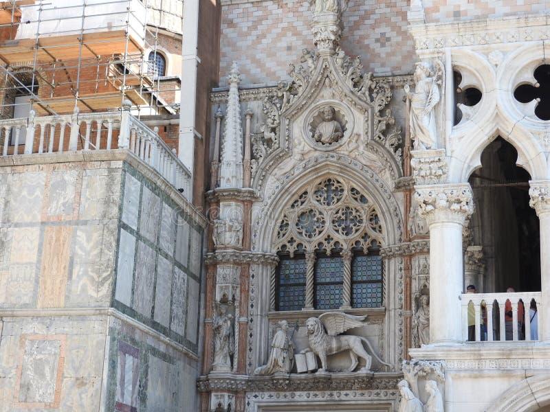 威尼斯精妙的历史的石建筑学,大约,晴朗的意大利 库存图片