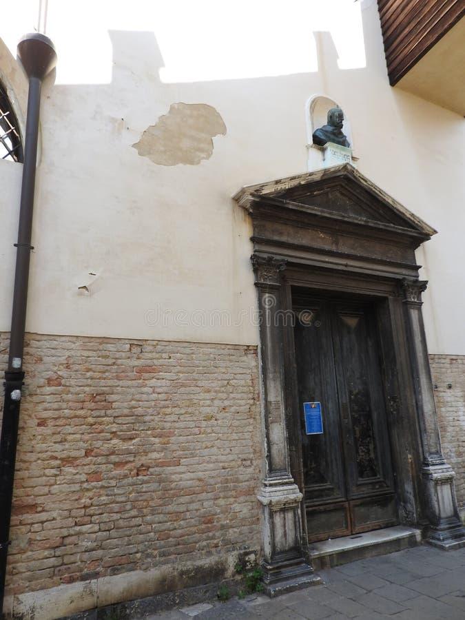 威尼斯精妙的历史的石建筑学,大约,晴朗的意大利 免版税库存照片