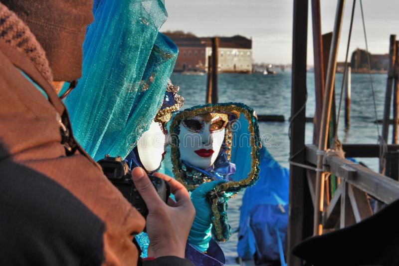 威尼斯狂欢节,一个面具的画象,在威尼斯式狂欢节期间在那里整个城市是美妙的面具 图库摄影