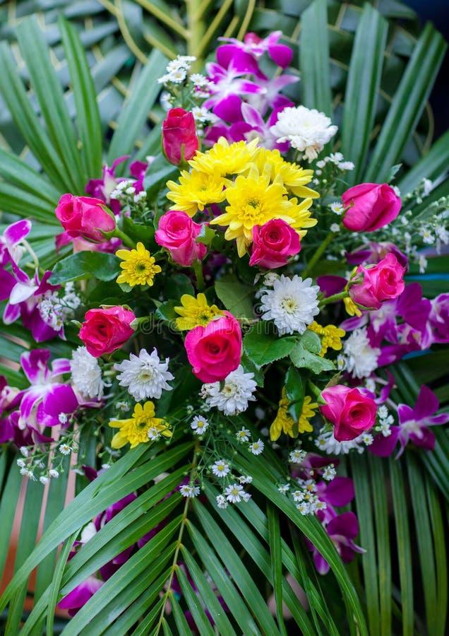 婚姻的场面的美好的花背景 混杂的花美丽的花束在一个花瓶的在木桌上 库存照片