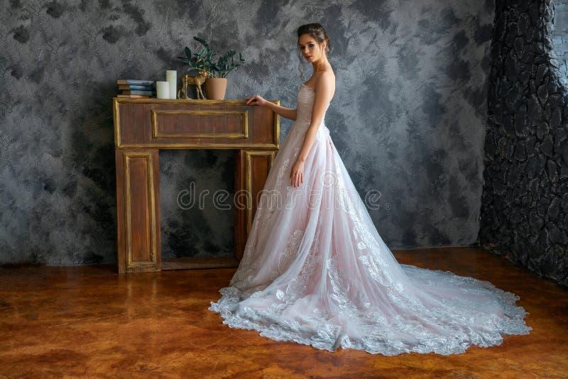 婚纱的美丽的新娘,美好的构成和称呼 免版税库存图片