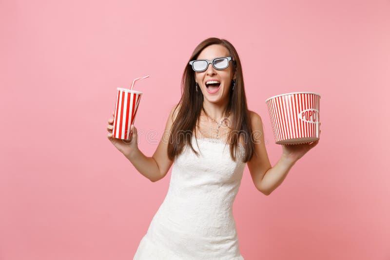 婚纱,3d玻璃电影影片的激动的新娘妇女,拿着桶玉米花塑料杯子苏打或 库存图片