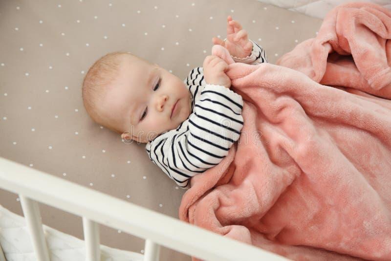 婴孩小儿床逗人喜爱的女孩 哔哔 库存图片