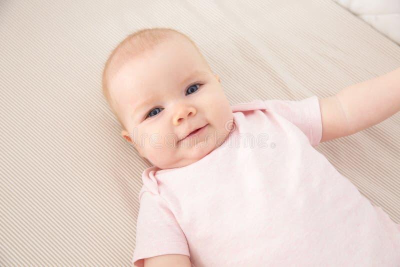 婴孩小儿床逗人喜爱的女孩 哔哔 库存照片