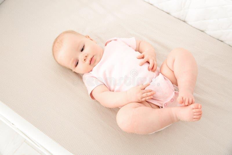 婴孩小儿床逗人喜爱的女孩 哔哔 免版税图库摄影