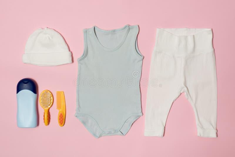 婴孩在桃红色背景的时尚概念 衣物和辅助部件关心的 免版税图库摄影