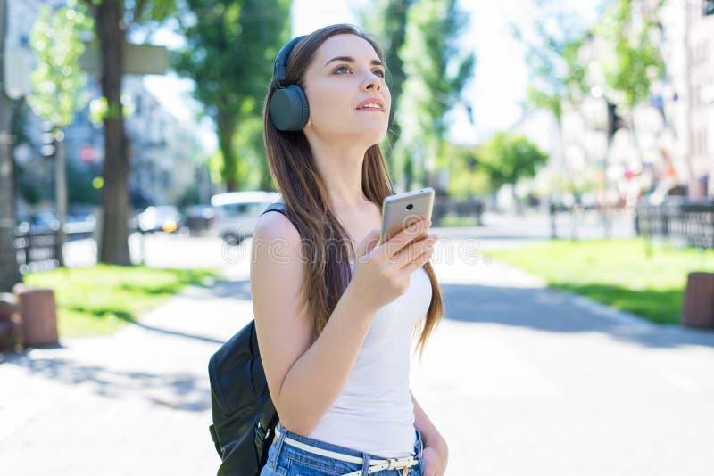 学习一代概念的现代技术技术小配件设备教育 举行使用的快乐的沉思梦想的夫人画象  免版税图库摄影