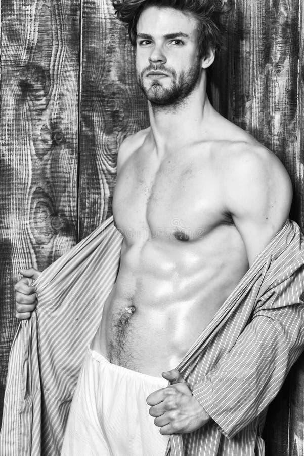 学士性感的身体胸口和腹部 脱下衣服浴巾的人淡光的皮肤 有适合躯干的人运动员 性感有吸引力 库存图片