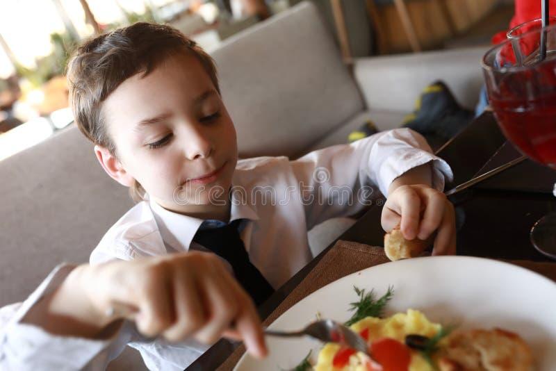 孩子吃午餐 免版税库存照片