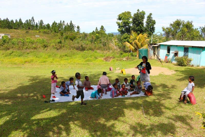 孩子在一个幼儿园在一个村庄在斐济 免版税库存照片