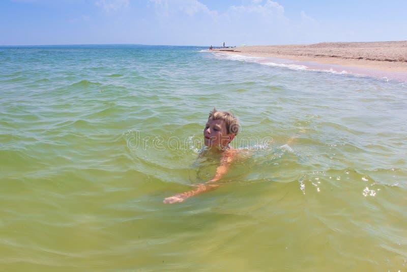孩子在海游泳 免版税图库摄影