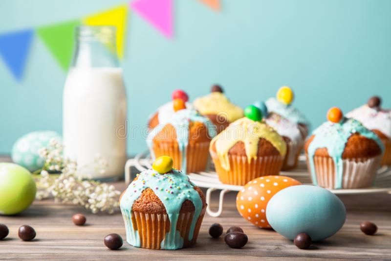 孩子的复活节党用五颜六色的杯形蛋糕和糖果 库存照片