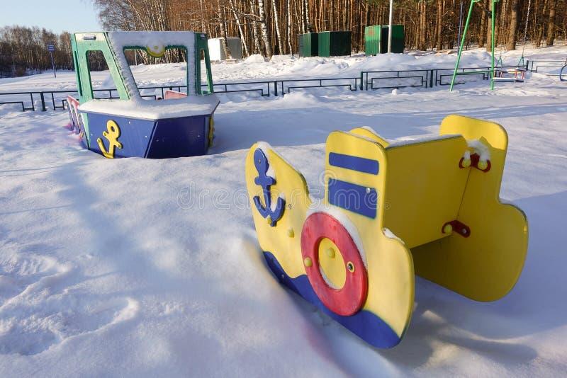 孩子的空的操场在用雪包括的一个冷淡的多雪的冬日,不用人 俄国操场 海军事 库存例证