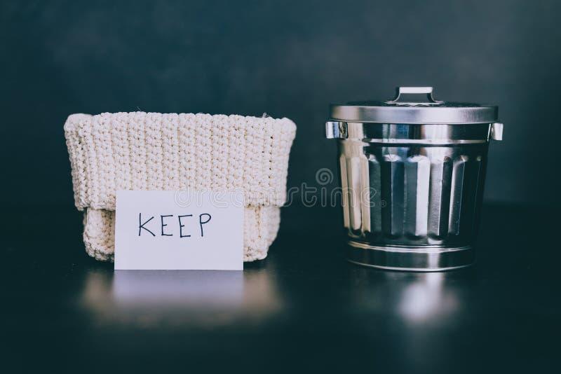 存贮篮子和选择哪些项目保持和哪些的gargabe容器放弃,declutter概念 免版税库存照片