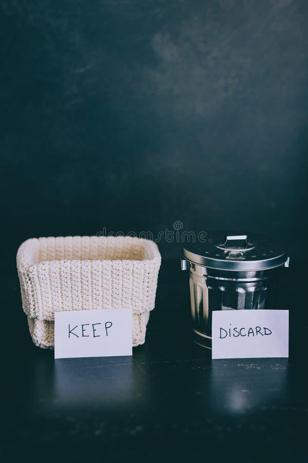 存贮篮子和选择哪些项目保持和哪些的gargabe容器放弃,declutter概念 库存照片