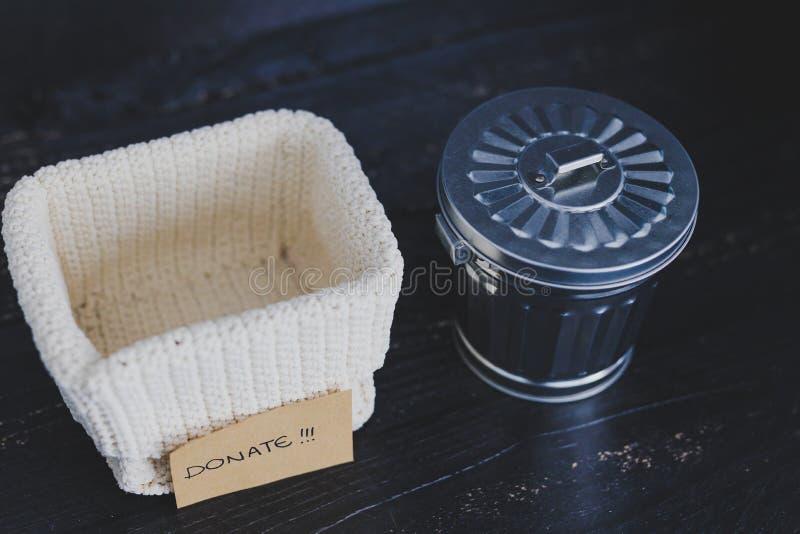 存贮篮子和选择哪些项目保持和哪些的gargabe容器放弃,declutter概念 库存图片