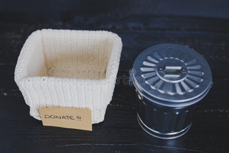 存贮篮子和选择哪些项目保持和哪些的gargabe容器放弃,declutter概念 免版税库存图片