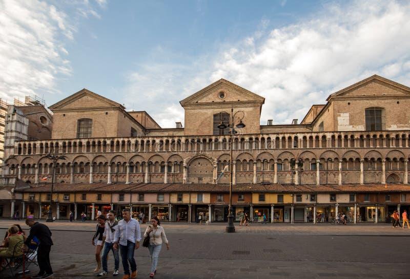 客商的凉廊沿费拉拉中央寺院,广场特伦托的里雅斯特,费拉拉,伊米莉亚罗马甘,意大利,欧洲的边的 免版税图库摄影