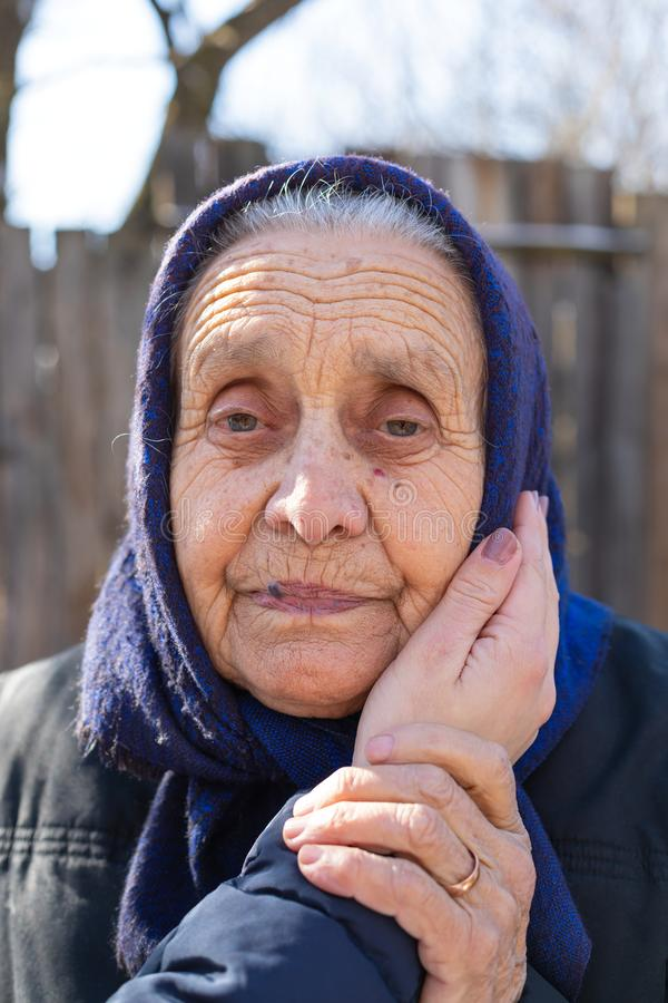 室外一名年长的妇女的画象 免版税图库摄影