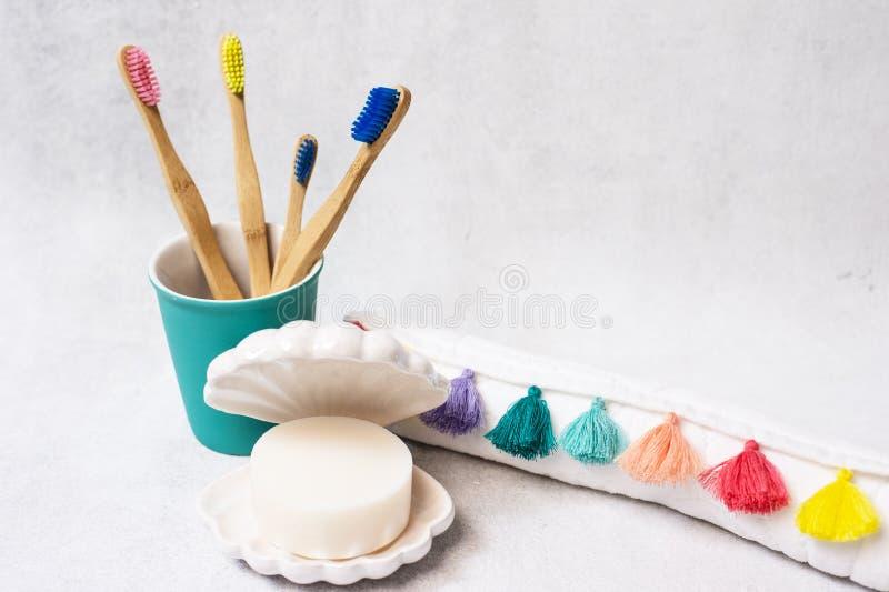 家庭套在白色背景的木竹牙刷 库存图片