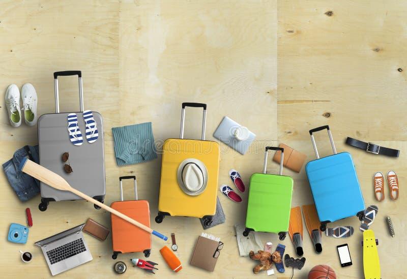 家庭在一次旅行、五个色的手提箱有衣裳的和辅助部件去 库存图片