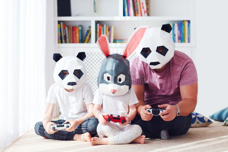 家庭的概念图象在打在戏剧驻地控制台的多角形动物面具的比赛 免版税库存图片