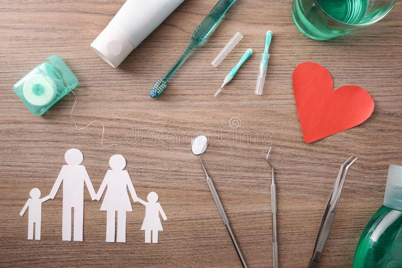 家庭牙科保险的概念在桌上的与代表元 库存图片