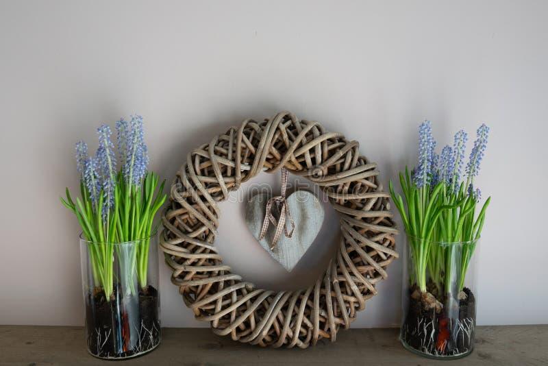 家庭装饰,与2个玻璃花瓶的花圈在它旁边 免版税库存图片
