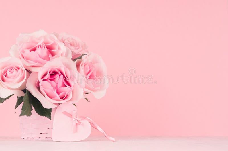 家的柔光淡色粉色的-玫瑰言情与丝带的花束和在木头的心脏和弓情人节装饰 库存图片