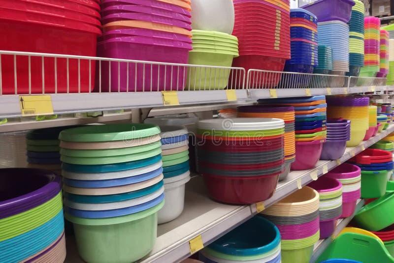 容器由塑料、许多颜色和大小做成在仓库安置 免版税库存图片
