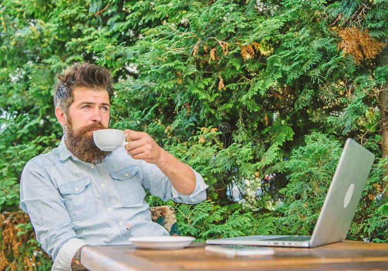 宜人的时候 享有生活的作为片刻 人有胡子的行家做饮料咖啡的停留和放松一会儿坐与 免版税库存图片