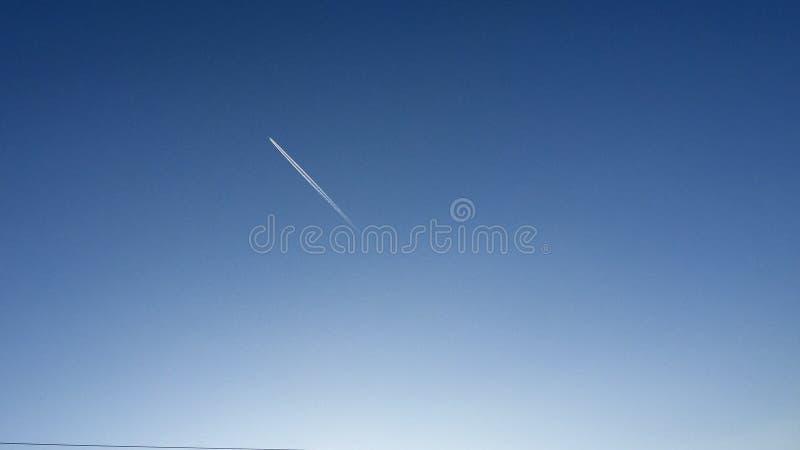 完全地清楚天空和飞机 免版税图库摄影