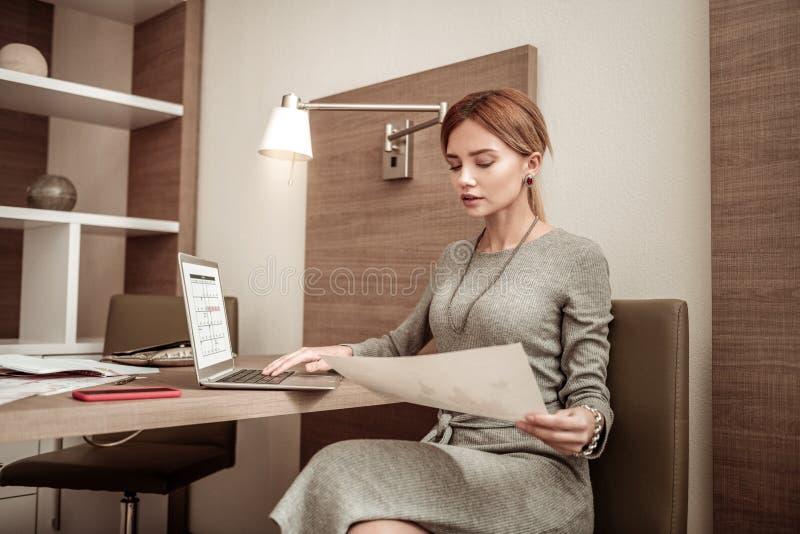完成她的雇员的女实业家日程表在公司中 免版税图库摄影