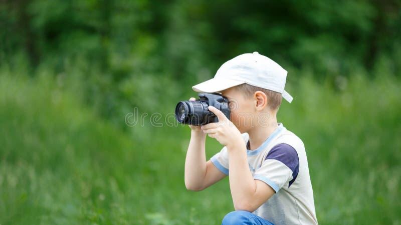 实践在采取的小滑稽的男孩摄影 免版税图库摄影