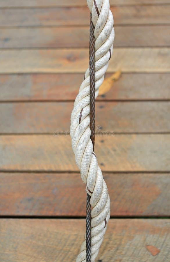 安全的吊索细节和绳索在木桥梁 库存图片