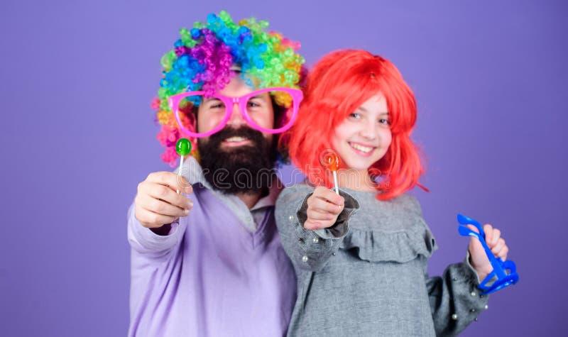 对乐趣爸爸的进贡 容易的单一方式是乐趣嬉戏的父母 多么疯狂的是您的父亲 人有胡子的父亲和女孩穿戴 库存照片