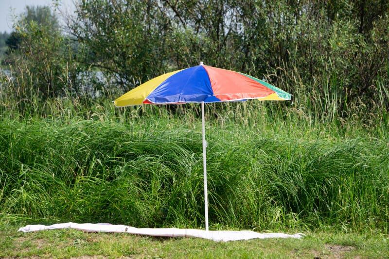 对太阳懒人和一把沙滩伞在一个离开的海滩完善的假期概念 皇族释放例证