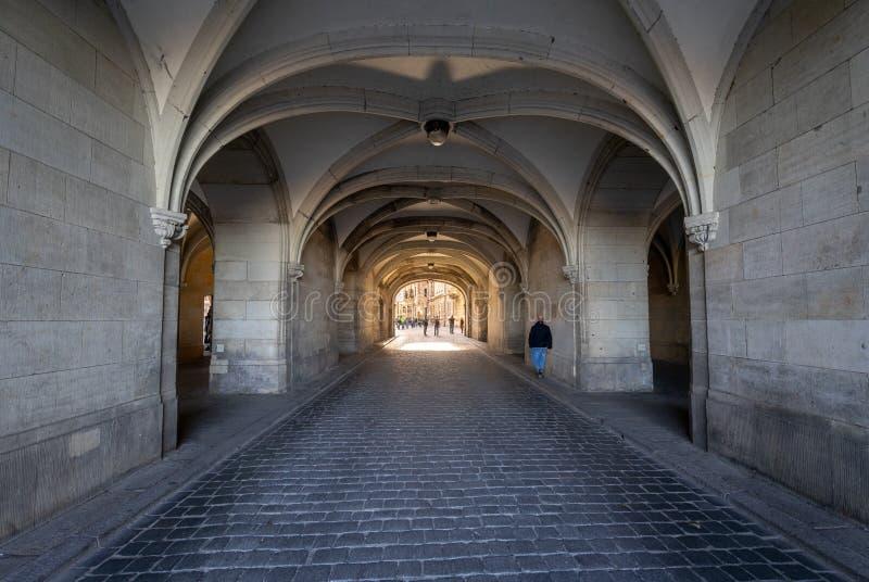 对德累斯顿王宫或奥斯陆王宫庭院的被成拱形的段落  免版税库存照片