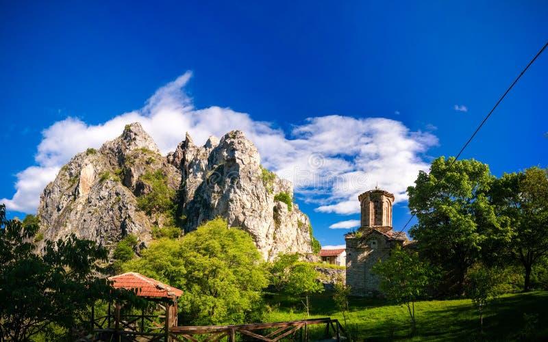 对圣尼古拉Shishevski修道院的外视图在马特卡峡谷,北部马其顿上的山的 图库摄影