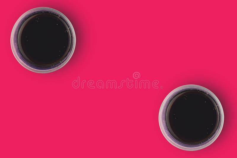 对充分的杯与泡影的被供气的可乐在烹调的红色桌上 复制您的文本的空间 顶视图 库存照片