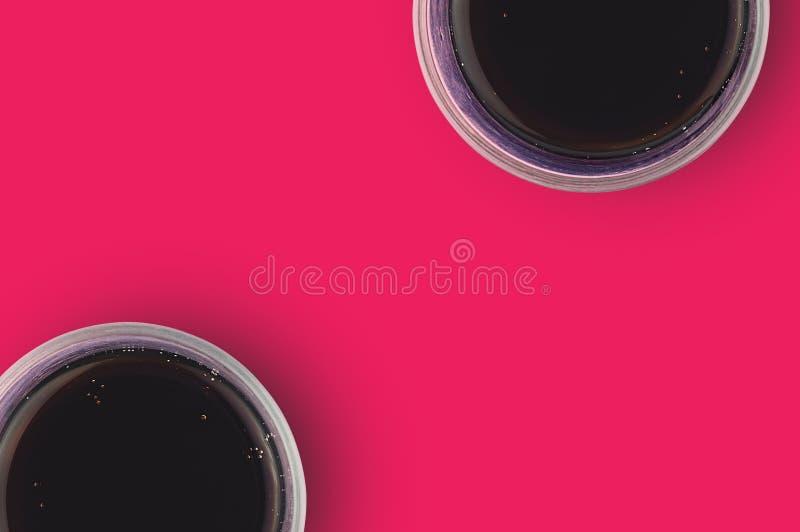 对充分的杯与泡影的被供气的可乐在烹调的红色桌上 复制您的文本的空间 顶视图 免版税库存图片